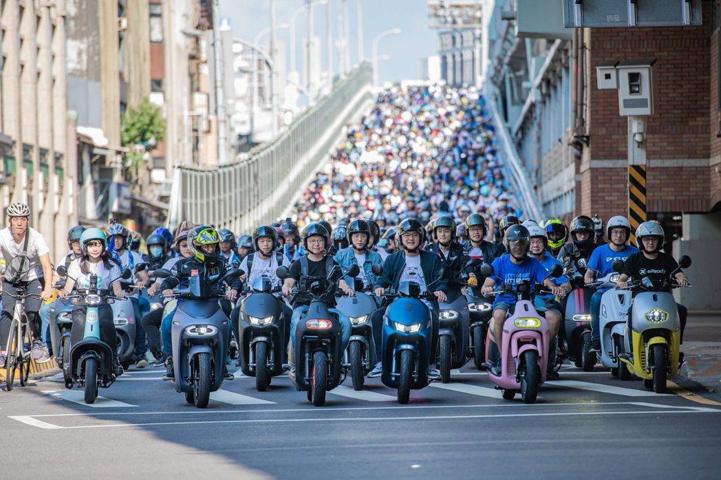 台灣智慧移動產業協會今天發布民調,8成以上台灣民眾支持「2024電動機車破百萬」...