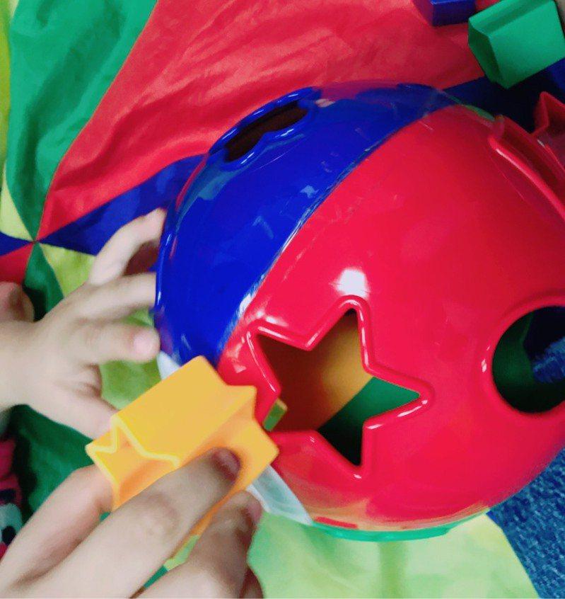 形狀筒投放遊戲。圖/兒童職能治療師俞廷瑋提供