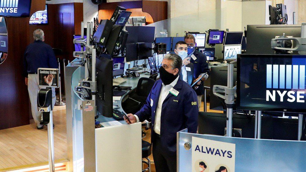 美股19日早盤走軟,投資人持續關注新一輪將出爐的財報。路透