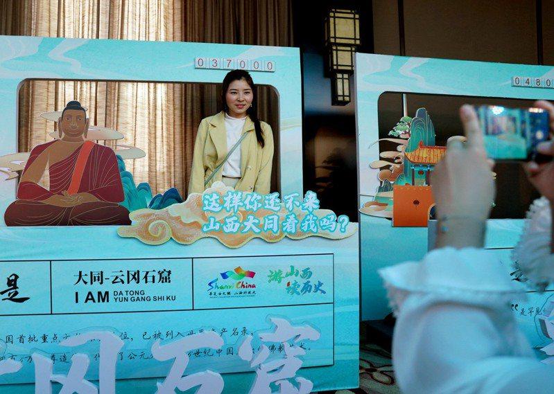 「滬晉互愛」山西文旅推介活動17日在上海舉行,推介山西的風景民俗、歷史文化等進行推介,並宣布向上海及長三角地區客源推出門票減免等優惠政策。(新華社)