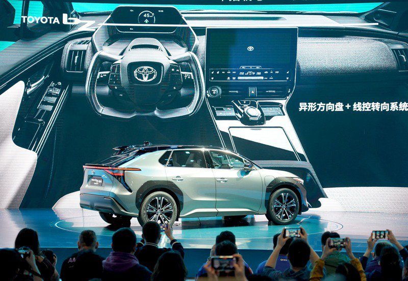 2021上海車展19日登場,圖為媒體拍攝豐田汽車公司首次向全球亮相的旗下全新純電動系列「TOYOTA bZ 」首款概念車「TOYOTA bZ4X CONCEPT」。(新華社)