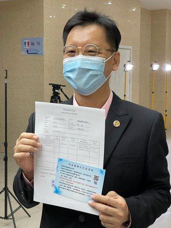 台企聯會長李政宏19日在上海完成新冠疫苗第一劑接種。圖為李政宏展示已接種完成的憑...