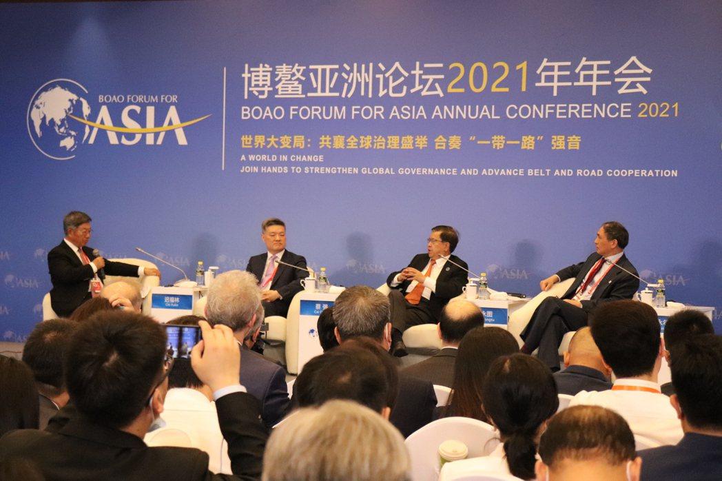 中國與全球化智庫主席龍永圖(右二)出席博鰲論壇的「RCEP:前景與影響」座談會。...