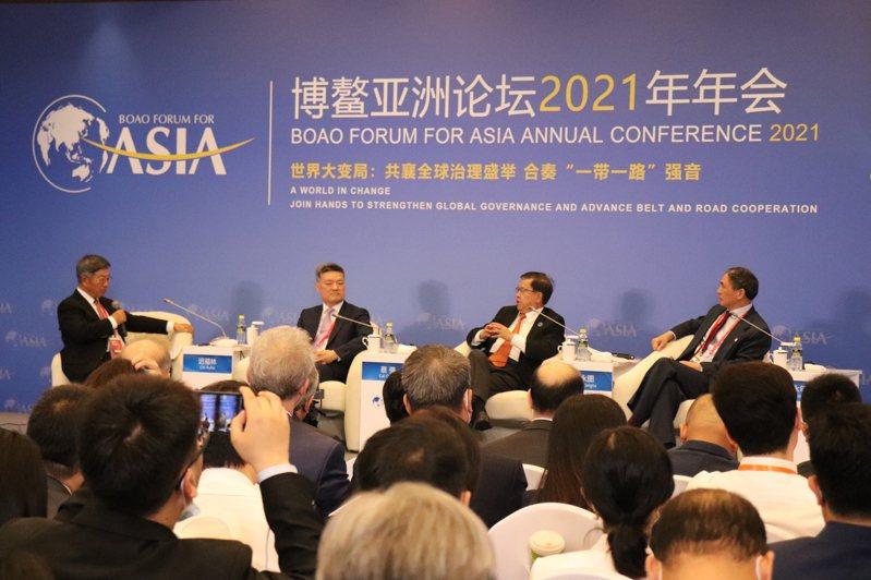 中國與全球化智庫主席龍永圖(右二)出席博鰲論壇的「RCEP:前景與影響」座談會。記者呂佳蓉/攝影