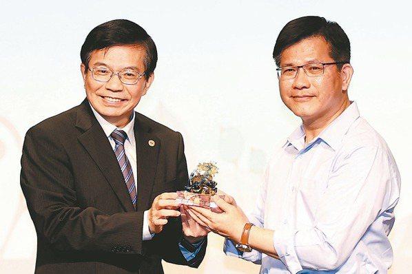 交通部部長王國材(左)記者侯永全/攝影