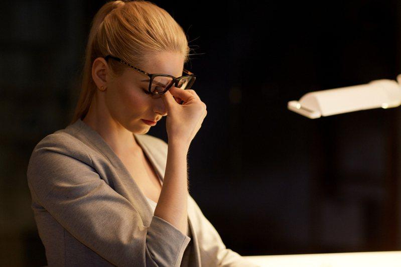 疫情間大量的視訊會議和遠端工作,會讓人產生疲勞感,生理反應如眼睛疲勞、四肢僵硬痠痛,心理上則因為長時間盯著螢幕上自己的影像,會讓人感到心裡焦慮不安,女性焦慮的狀況普遍比男性嚴重。示意圖/ingimage