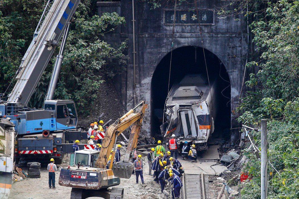 台鐵太魯閣號4月2日在花蓮清水隧道因撞上工程車出軌,造成重大傷亡。 圖/歐新社