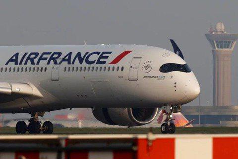 法國國民議會10日晚間投票通過一項法案,將取消搭乘火車2個半小時內能夠到達的國內...