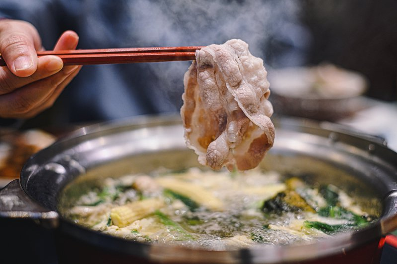 一家酸菜白肉鍋店優惠活動惹議。示意圖/ingimage