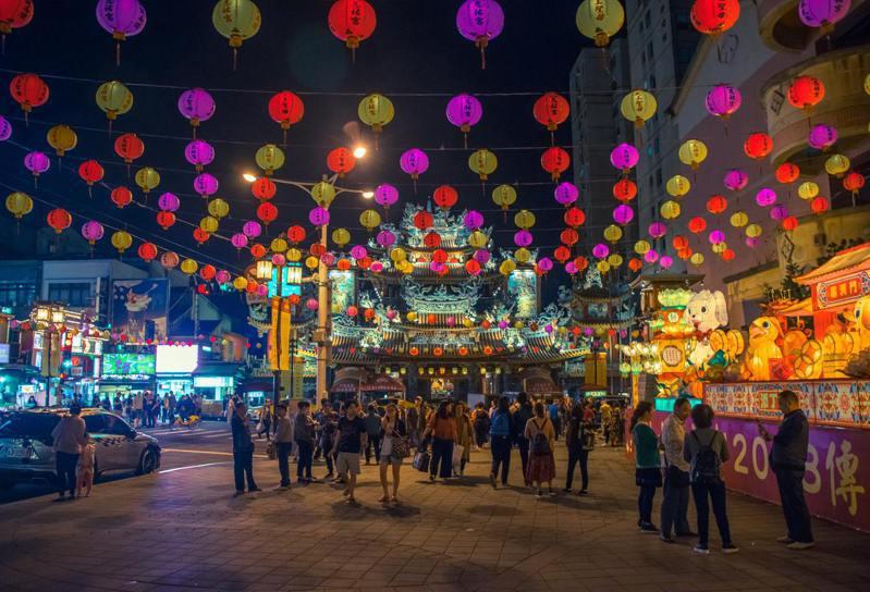 臺灣著名景點饒河街夜市前的燈會帶來濃厚的年節氣氛。(圖/Unsplash)
