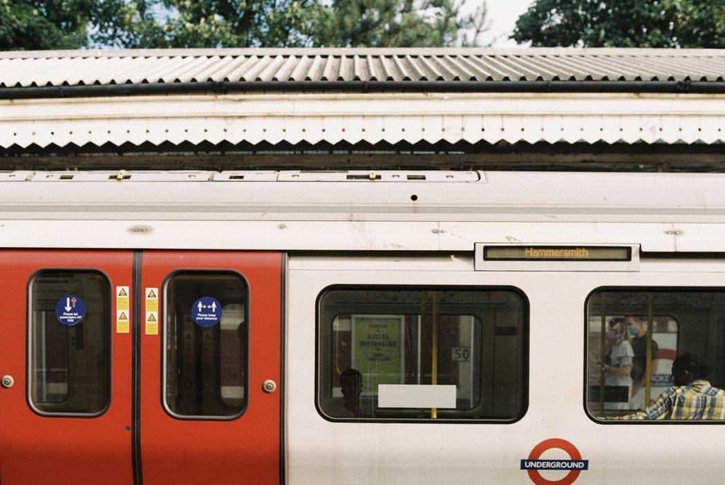 地鐵標誌的圓環也是一種英國紅。 圖/倫敦男子日常提供