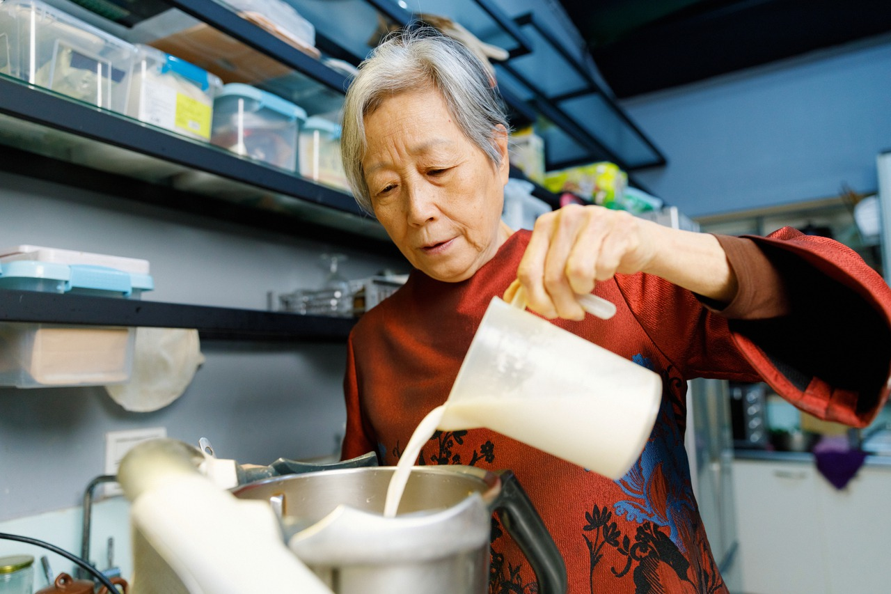 王培仁推薦民眾可以自己在家裡做的簡易鳳梨料理「黑木耳鳳梨」。 圖/陳軍杉攝影