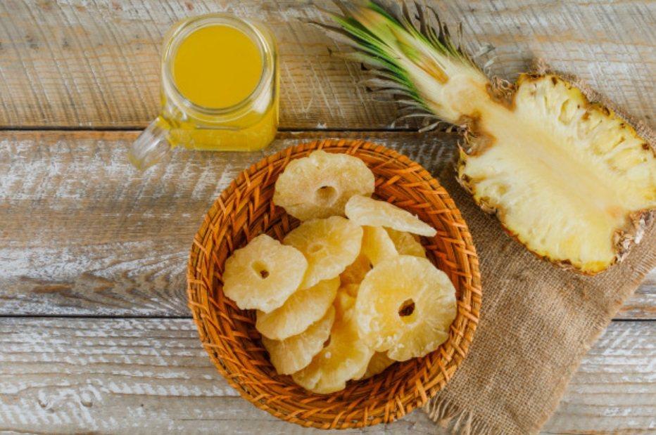 製作鳳梨果乾:鳳梨切約1、5公分厚度用鹽略醃讓鳳梨出水、瀝乾鳳梨平鋪烤盤放烤箱1...