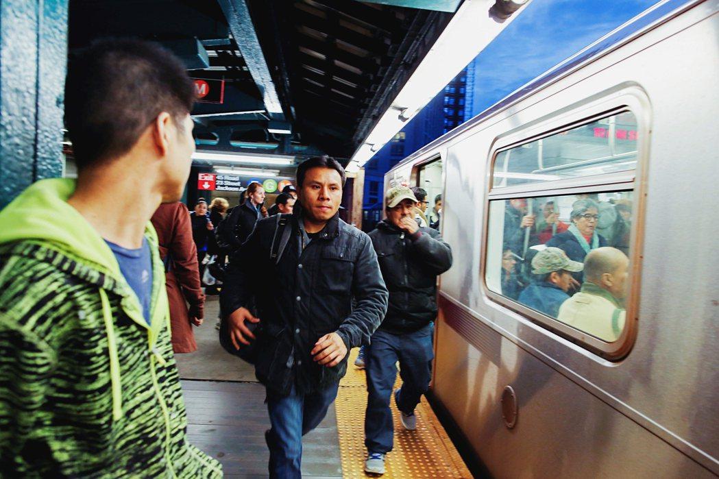 導演米可剛考上大學的那一年,他便是那樣坐在多半只有黑人與其餘有色人種的列車上,緩...