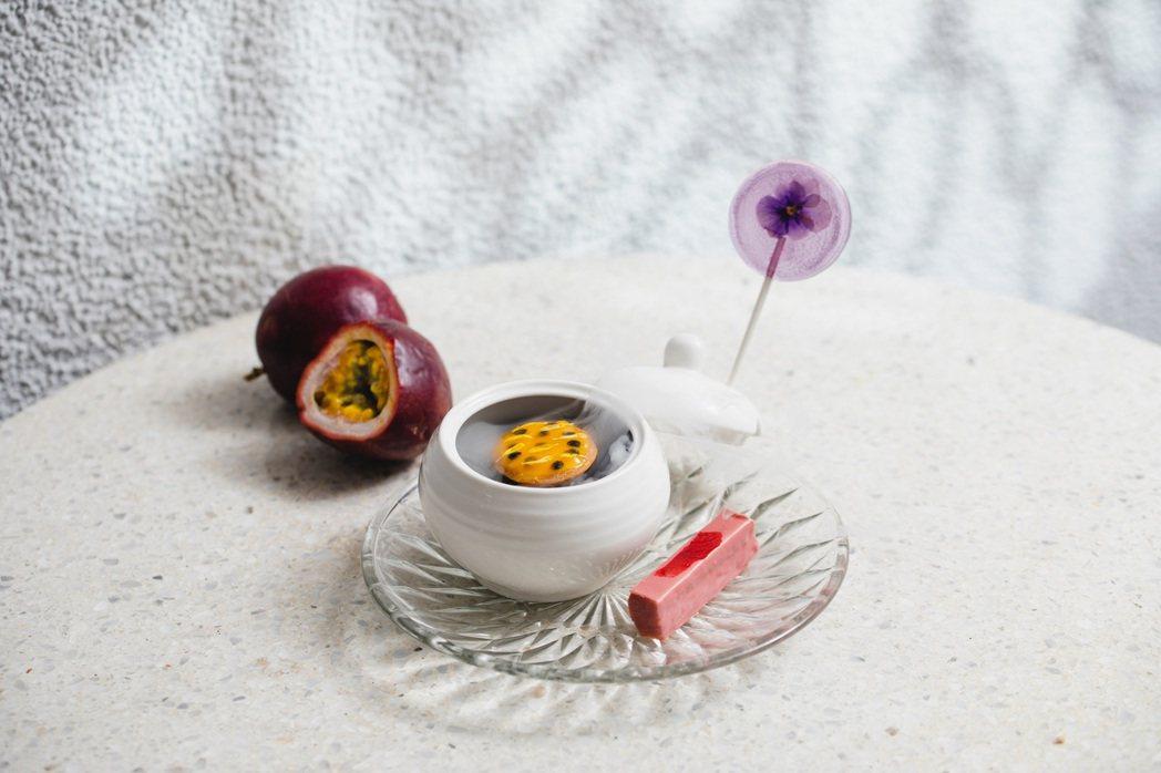精心打造的「Lexus午茶組」前甜點包含「紫羅蘭棒棒糖」、「百香果塔」和「歐貝拉...
