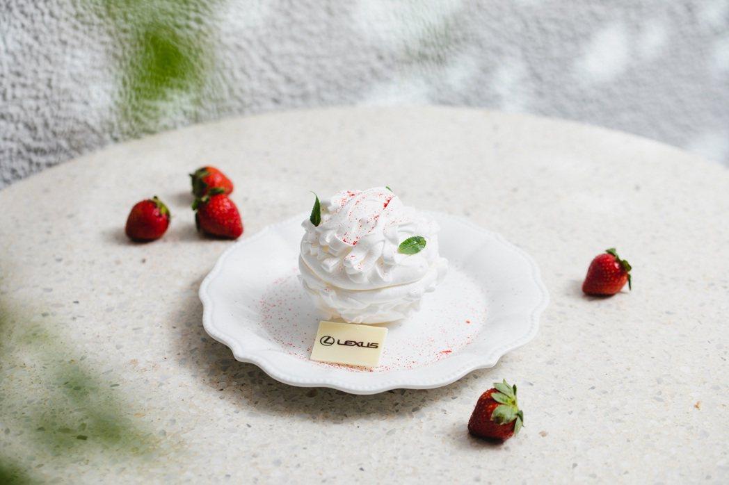 第二款主甜點「草莓雪球」輕輕敲碎蛋白霜殼球後,豔紅的草莓雪酪、果醬和法式布丁乍現...