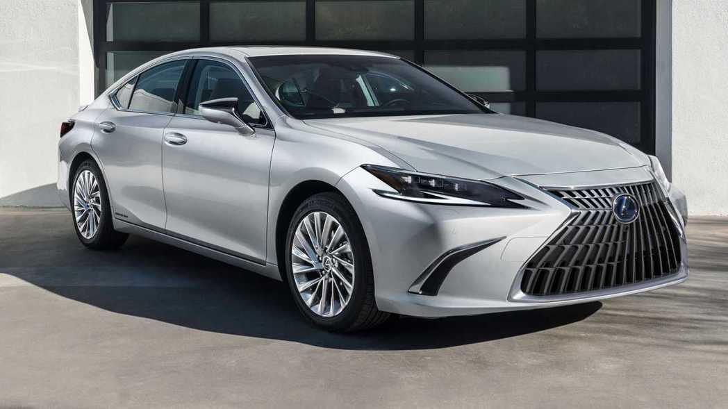 小改款後的Lexus ES在外觀上做了小針美容。 圖/Lexus提供