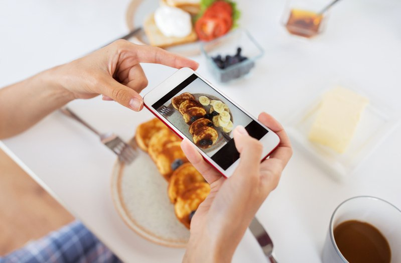 日本網友發現不少人用手機拍照時都會有個「特殊習慣」,並指出可以透過「手機拍照方式」分辨出一個人的年齡。示意圖/Ingimage