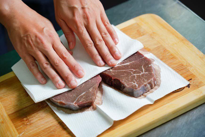 使用紙巾將牛排血水吸乾淨 圖/Ayen Lin攝影