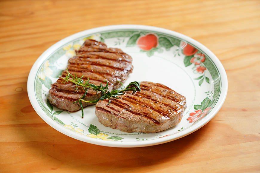 靜置約十分鐘,讓肉質熟成並且鎖住肉汁。 圖/Ayen Lin攝影