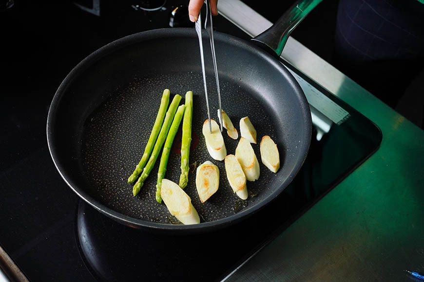 用橄欖油乾煎蘆筍和筊白筍 圖/Ayen Lin攝影