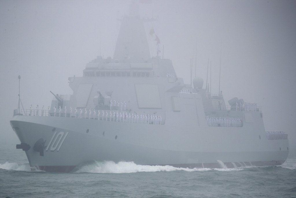 解放軍055型飛彈驅逐艦首艦「南昌號」,3月首次參與穿越對馬海峽的護航編隊。 圖/美聯社
