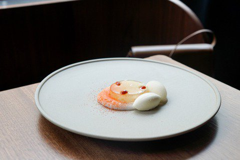 HUGH Dessert Dining一道轉化中式甜湯,以白木耳、桂花、枸杞為主...