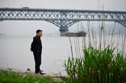 在中國的南京長江大橋,有一位中年大叔從2003年開始自發成為巡橋人,只要發現橋上...