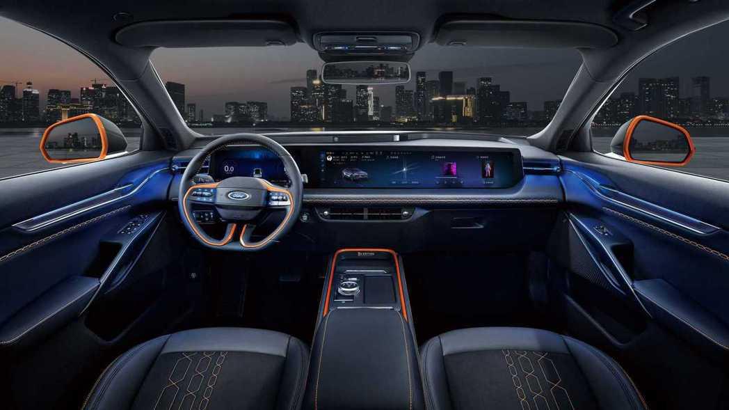 EVOS內裝由12.3吋數位儀錶板加上27吋一體式螢幕組合而成。 圖/Ford提...