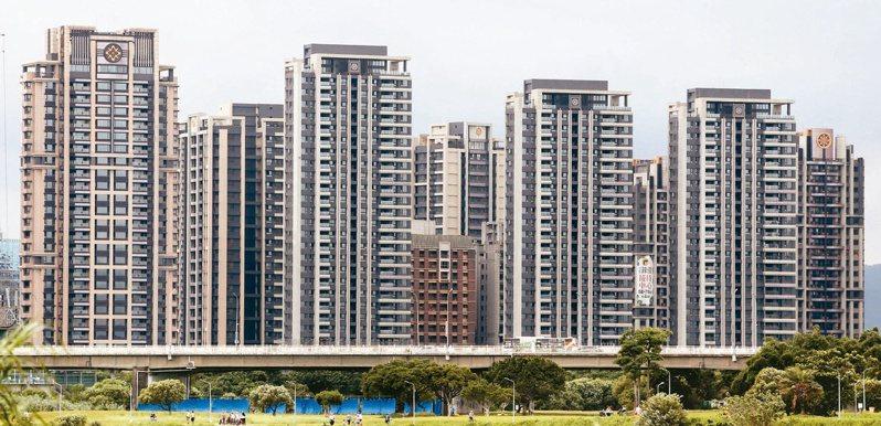台灣社會調查所所長楊志良指出低薪、高房價、晚婚、托育問題都是造成低生育率的原因,不過財經專家胡采蘋卻認為若房價只能跌不能漲,才真的不會有人想買房,更不會想生小孩。 本報系資料庫