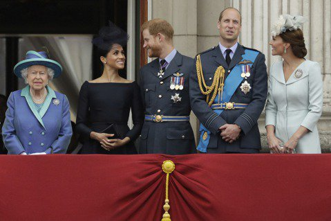 菲立普親王過逝,哈利返英奔喪,他與威廉兄弟互動也成關注焦點,而據外媒觀察報導,凱特王妃的一個舉動似乎在為兄弟倆製造破冰機會,被讚很貼心。據外媒報導,當天葬禮結束一行人步出教堂時,威廉走在前頭,跟著是...