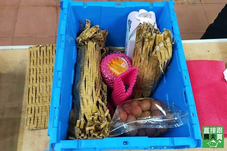 《直接跟農夫買》依商品尺寸決定使用蜂巢紙或回收水果網套包裝。