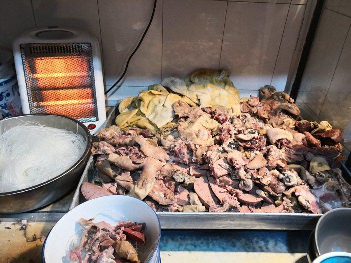 切好的羊雜,有肝腸肚血肺,還有羊頭肉,很新鮮的體驗。 梅春帆/提供