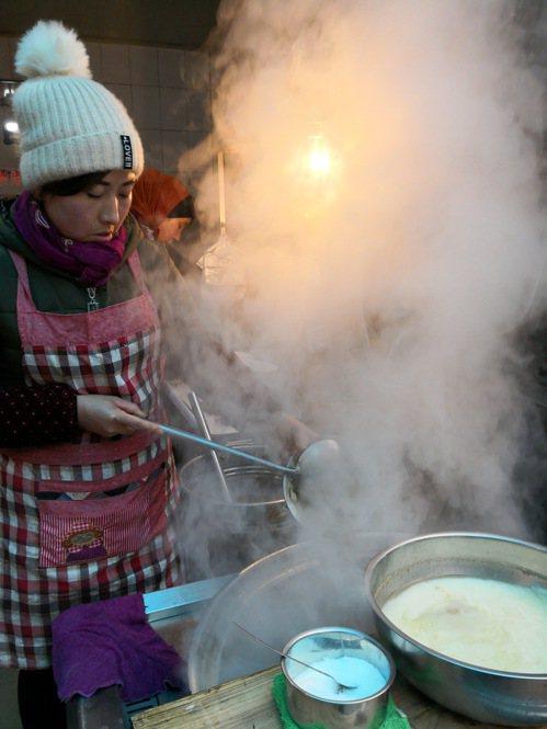 這一鍋羊雜羊骨煮出來白湯,味道甘美,喝過一次就難忘。 梅春帆/提供
