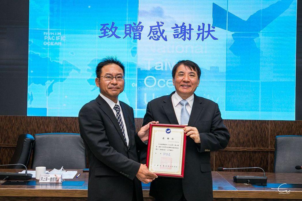 海大校長許泰文(右)頒發感謝狀予日本海事協會河上總經理。 海大/提供