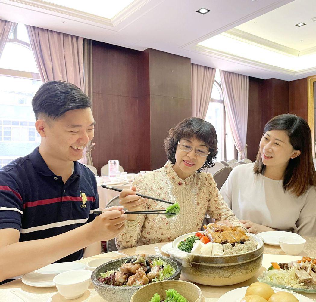 富信大飯店母親節饗宴,自助餐3人同行1位媽媽免費。  台南富信大飯店/提供
