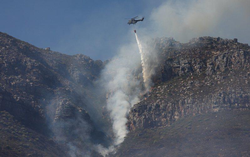 南非知名景點「桌山」(Table Mountain)18日發生森林大火,火勢延燒至今但已逐步獲得控制。 路透社