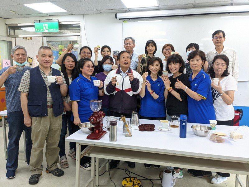 新北市議員周雅玲開辦的咖啡課程,學姊周雅玲一樣也當起了小老師,指導學弟學妹們沖出一杯好咖啡。 圖/觀天下有線電視提供