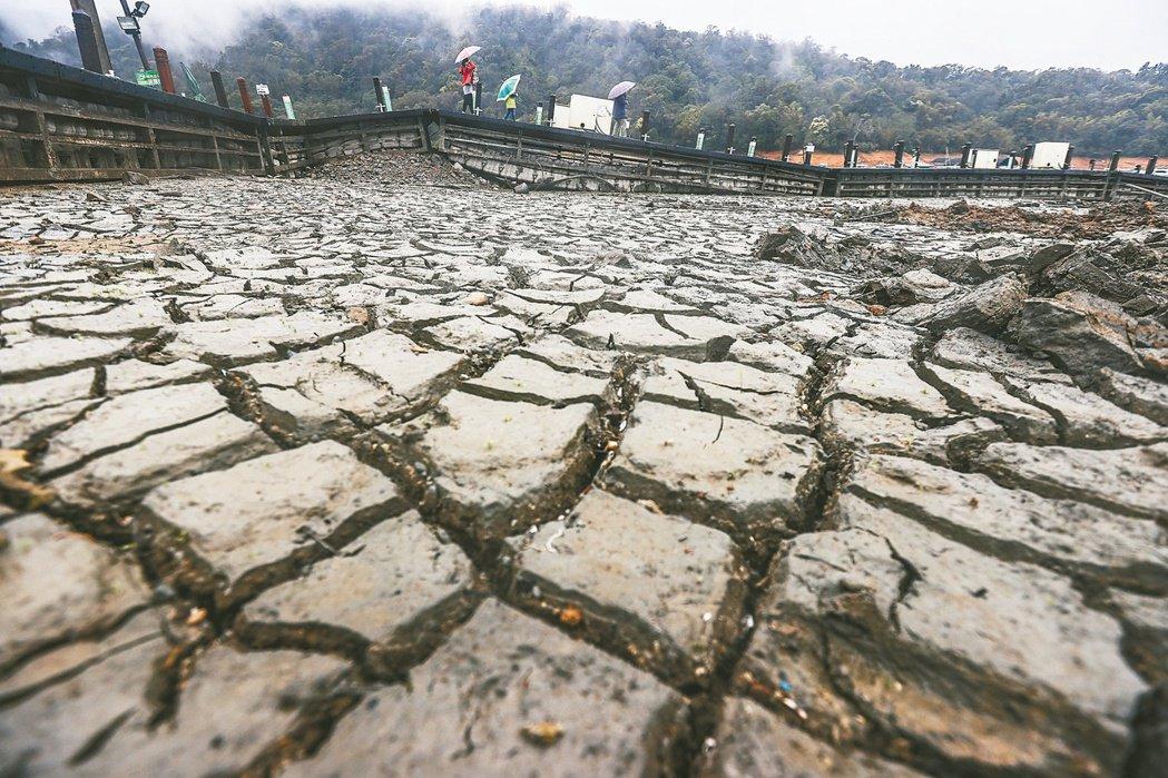 當水庫 底朝天 地球溫室氣體排放量大增,導致氣候異常,台灣中南部今年大旱,水庫探...