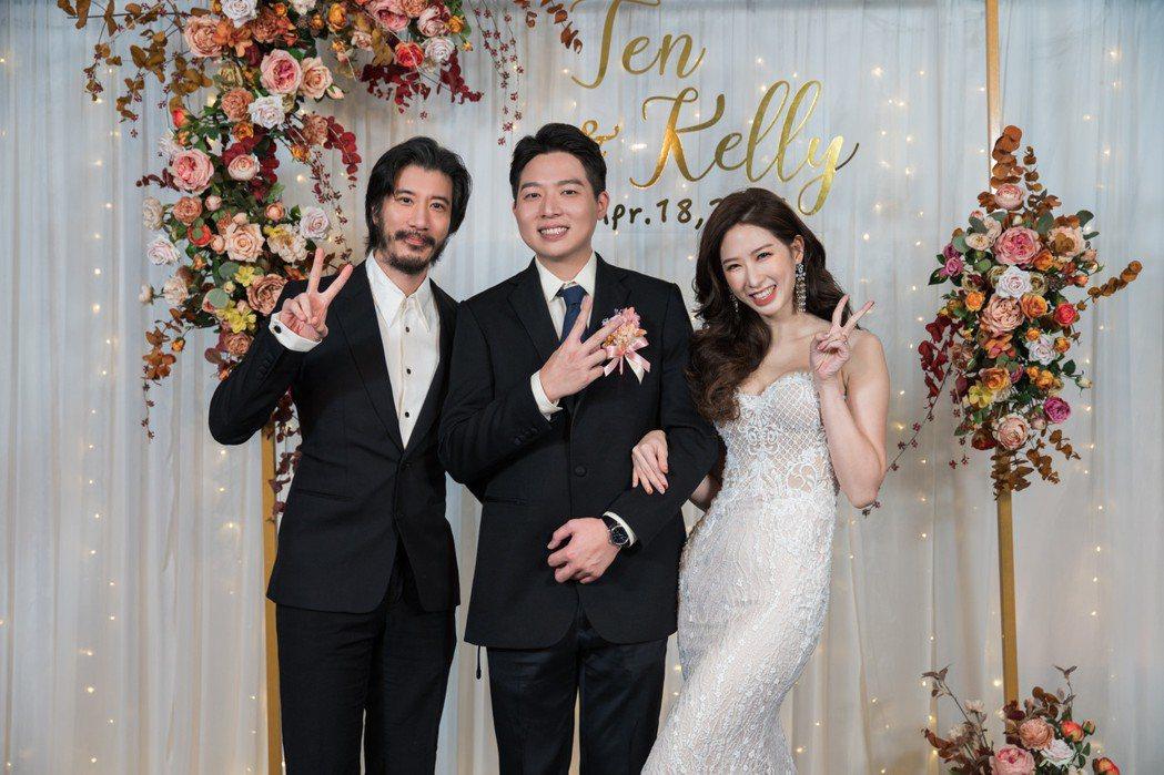 王力宏(左起)祝福廖士元、Kelly新婚愉快。圖/宏聲文化提供
