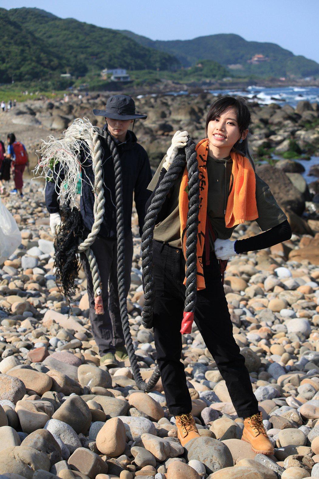 吳汶芳(前)率領民眾淨灘,清出1000公斤垃圾。圖/聲勢文創娛樂提供