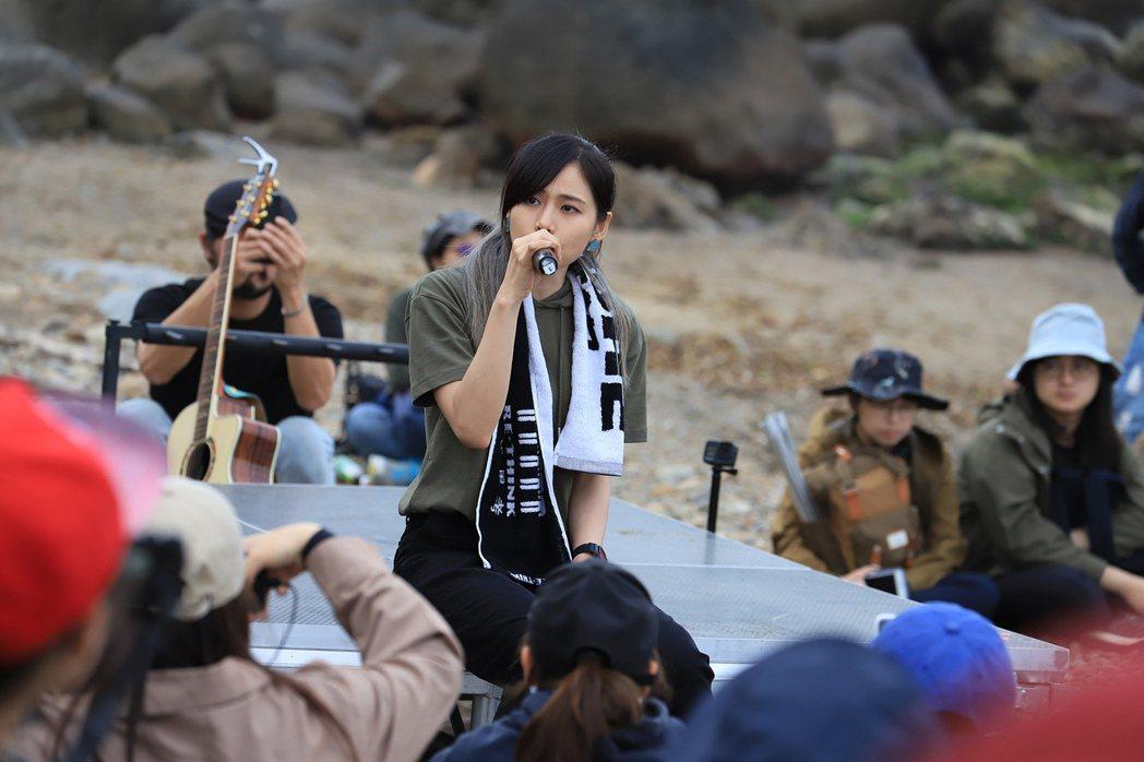 吳汶芳(中)在海灘開唱。圖/聲勢文創娛樂提供