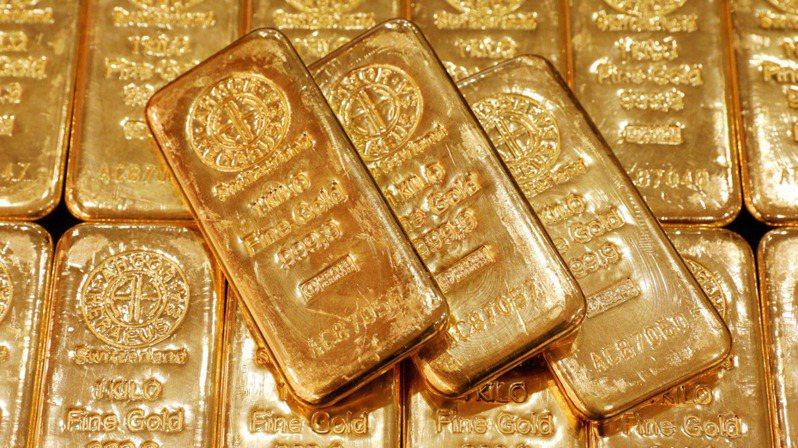隨著全球染疫人數不斷攀高,投資市場對於黃金的避險需求也日益增加,為後續金價走勢提供了有力的支撐。(路透)