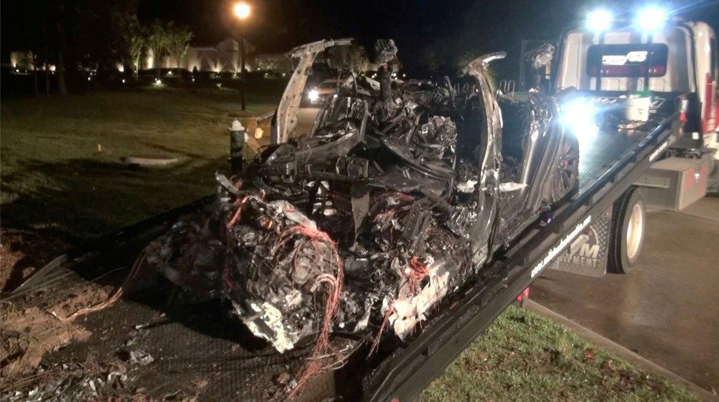德州17日發生一起Tesla電動車事故燒毀意外。(路透)