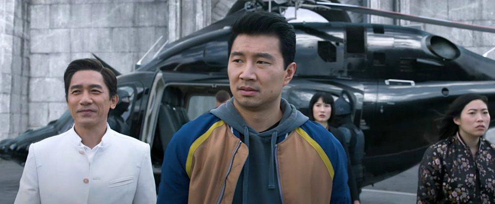 劉思慕(中)、梁朝偉(左)在「尚氣與十環傳奇」合作演出。圖/摘自YouTube