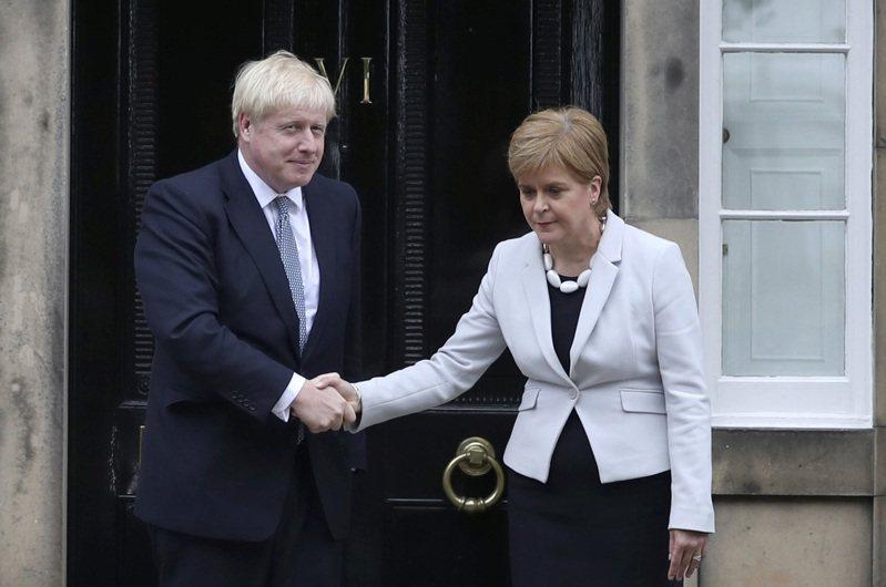 英國首相強生(左)一再拒絕蘇格蘭舉行二次公投的要求。圖為強生2019年7月會晤史特金(右),兩人表情尷尬。美聯社