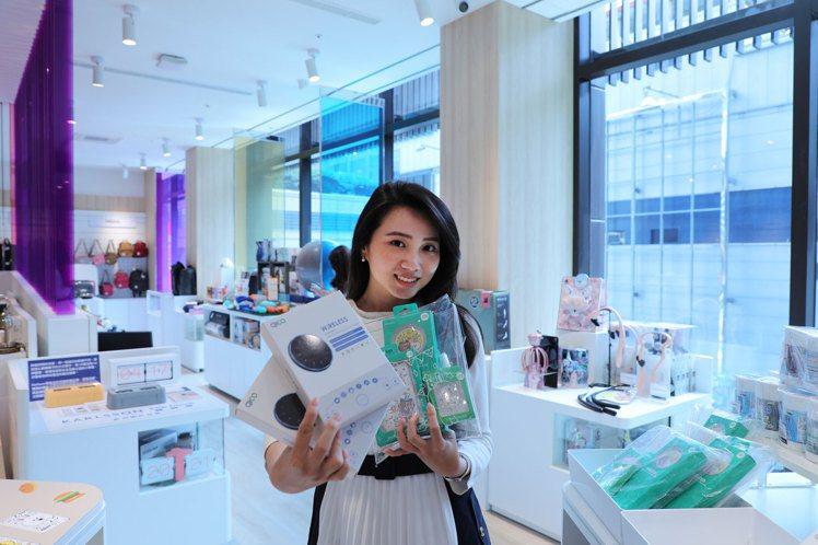 每個商品展示台桌面高度都以貼近女性人體工學設計的95公分高,讓消費者可以近距離地...