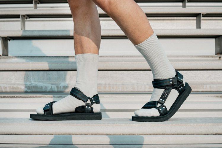 SUICOKE與John Elliott聯名Kipa涼鞋4,680元。圖/SUI...
