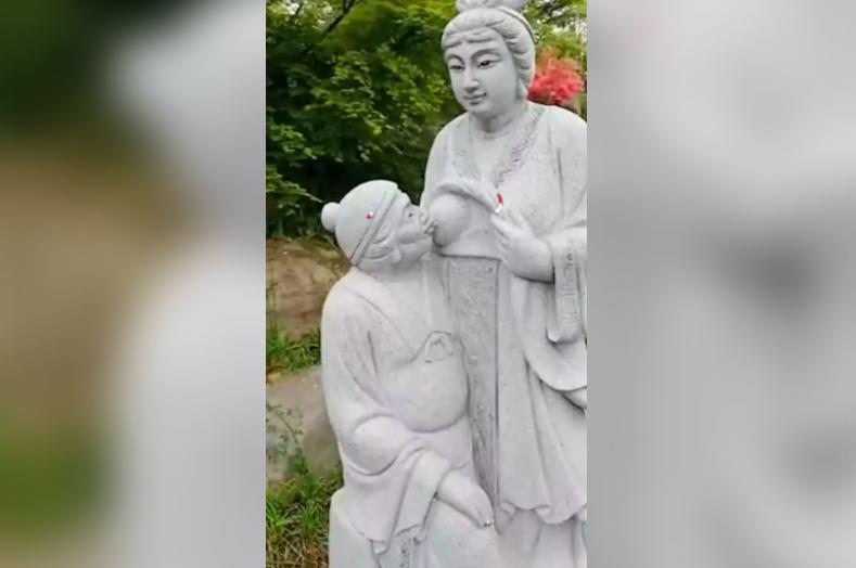 中國浙江湖州營盤山景區一座「媳婦給婆婆餵母乳」的雕像近日引起外界熱議。截自微博