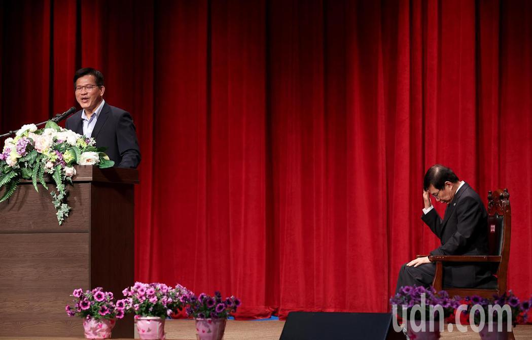 原任交通部長林佳龍(左)為台鐵太魯閣號事故請辭下台,交通部上午舉行部長交接典禮,...